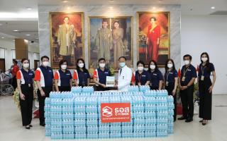 ธอส. สนับสนุนน้ำดื่มธนาคาร 30,000 ขวด พร้อมหน้ากากอนามัยและสายคล้อง