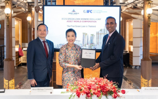 แอสเสท เวิรด์ คอร์ปอเรชั่น เป็นบริษัทอสังหาริมทรัพย์รายแรกของไทย  ที่ได้รับอนุมัติสินเชื่อสีเขียว (Green Loan) จากไอเอฟซีภายใต้กลุ่มธนาคารโลก